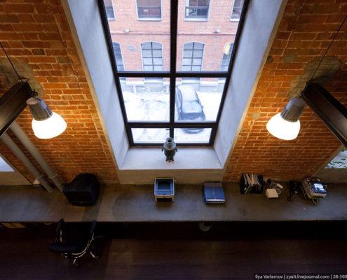Офис агентства Роуз длинный бетонный стол